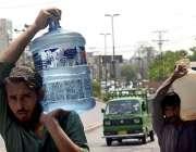 راولپنڈی: شہری پینے کے لیے صاف پانی بھر کر لیجا رہے ہیں۔