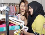 لاہور: ایکسپو سنٹر میں جاری لائف سٹائل ایکسپو میں لڑکیاں ملبوسات دیکھ ..