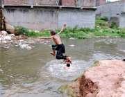 اسلام آباد: بچے نالے کے گندے پانی میں نہا رہے ہیں جو مضر صحت ہے۔
