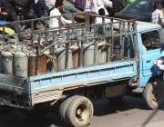 کراچی: ٹریفک وارڈن ٹرک ڈارئیور کا چالان کاٹ رہا ہے۔