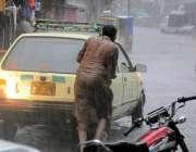 راولپنڈی: موسلا دھار بارش کے دوران خراب ہونیوالی گاڑی کو ایک شخص دھکا ..