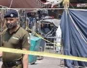 لاہور: سکیورٹی حکام نے داتا دربار کے باہر خودکش دھماکے کے بعد جائے وقوعہ ..