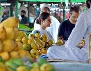 اسلام آباد: دکاندار نے گاہکوں کو متوجہ کرنے کے لیے تازہ آم سجا رکھے ..