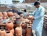 فیصل آباد: دکاندار گاہکوں کو متوجہ کرنے کے لیے واٹر کولر اور گھڑے سجا ..