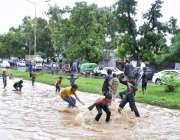 اسلام آباد: وفاقی دارالحکومت میں ہونیوالی بارش کے بعد جمع شدہ پانی ..