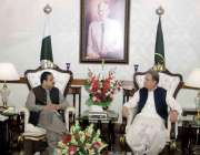 لاہور : وزیراعلی پنجاب عثمان بزدار سے وزیرخارجہ شاہ محمود قر یشی ملا ..