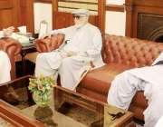 لاہور: گورنر پنجاب چوہدری محمد سرور سے سابق وزیر عظم بلخ شیر مزاری اور ..