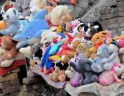 راولپنڈی: فیصل آباد کے قریب محنت کش نے بچوں کے کھلونے فروخت کے لیے سجا ..