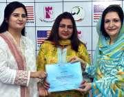 پشاور: وائس چانسلر پروفیسر رضیہ سلطانہ اور ڈائریکٹر جنرل نمز مسز فرح ..