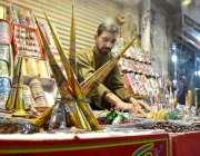 پشاور: عید کی تیاریوں میں مصروف دکاندراگاہکوں کو متوجہ کرنے کے لیے ..