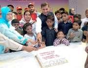 کراچی: میٹروپولیٹن کمشنر ڈاکٹر سید سیف الرحمن عمیر ثناء فاؤنڈیشن کی ..