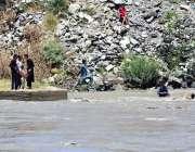 چترال: نوجوان دریائے چترال میں نہا رہے ہیں۔