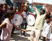 حیدر آباد: بھارتی فصائیہ کے گرائے گئے طیارے کی خوشی میں شہری اور بچے ..