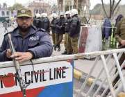 لاہور: پنجاب اسمبلی اجلاس کے موقع پر پولیس اہلکار داخلی راستے پر الرٹ ..