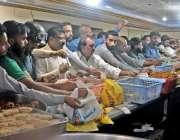 راولپنڈی: شہری مقامی سویٹ ہاؤس سے افطاری کے لیے سموسے پکوڑے خرید رہے ..