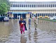 حیدر آباد: شہر میں ہونے والی موسلا دھار بارش کے بعد ہلال احمر ہسپتال ..