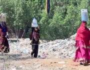 حیدر آباد: خانہ بدوش خواتین پینے کے لیے صاف پانی بھر کر لیجا رہی ہیں۔
