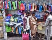 ملتان: مارکیٹ میں صارفین کو پلاسٹک شاپنگ بیگ کے بجائے کپڑوں کے ہینڈ ..