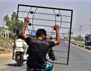 فیصل آباد: موٹر سائیکل سوار خطرناک انداز سے لوہے کے کھڑکے اٹھائے جا ..