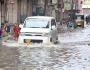 حیدر آباد: حیدر آباد شہر میں ہونیوالی موسلا دھار بارش کے بعد گاڑیاں ..