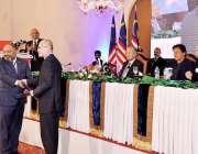 اسلام آباد: وز یر اعظم عمران خان اور ملائیشین وزیر اعظم ڈاکٹر مہاتیر ..