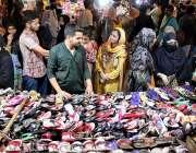 حیدر آباد: عید کی تیاریوں میں مصروف خواتین ریشم بازار سے جوتے خرید رہی ..