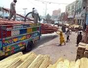 حیدر آباد: محنت کش ٹرک پر بانس لوڈ کر رہے ہیں۔