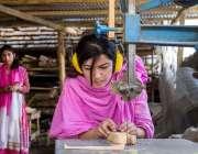 ہنزہ: صائقم وویمن سوشل انٹرپرائزز میں خواتین کارپینٹر ڈیکوریشن پیس ..