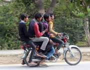 اسلام آباد: ٹریفک پولیس کی نا اہلی ، پانچ لڑکے موٹر سائیکل پر سفر کر ..