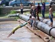 فیصل آباد: نوجوان خطران انداز سے نہر میں چھلانگیں لگا رہے ہیں جو کسی ..