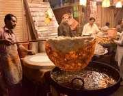 لاہور: حضرت مادھو لعل حسین(رح) کے سالانہ عرس کے موقع پر ایک کاریگر قتلمہ ..