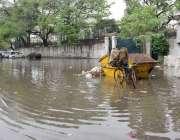لاہور: صوبائی دارالحکومت میں ہونیوالی بارش کے بعد واپڈا ہاؤس کے باہر ..