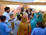پشاور: پناہ گزینوں کے عالمی دن کے موقع پر ایک ٹیچر سٹوڈنٹس کو لیکچر ..