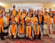 اسلام آباد: پارلیمنٹیرینز اور دیگر شرکاء جو اورنج رنگ  کے اسکارف پہنے ..