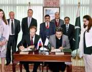 اسلام آباد: وفاقی وزیر برائے معاشی امور ڈویژن ، محمد حماد اظہر اور روسی ..