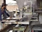 فیصل آباد: ماربل فیکٹری میں مزدور کٹر کے ذریعے پتھر کاٹنے میں مصروف ..