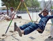 حیدر آباد: بچے جھولوں سے لطف اندوز ہو رہے ہیں۔