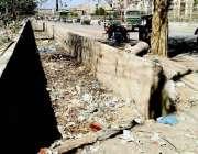 کراچی: شادمان ٹاؤن میں روڈ کا برساتی نالہ کچرے سے بھرا ہوا ہے جبکہ محکمہ ..