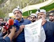 ہنزہ: وزیر اعظم کے مشیر برائے موسمیاتی تبدیلی ملک امین اسلم میڈیا سے ..