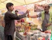 لاہور: شادمان سستے بازار سے ایک شہری خریداری کر رہا ہے ۔