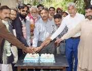 لاہور: ریل مزدور اتحاد کے صدر رانا محمد آصف ، پادری جاوید البرٹ، محمد ..