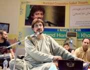 سیالکوٹ: استاد حامد علی خان انور کلب میں فن کا مظاہرہ کر رہے ہیں۔