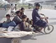 لاہور:خانہ بدوش فیملی موٹرکشہ پر اپنی منزل کی جانب رواں دواں ہے۔