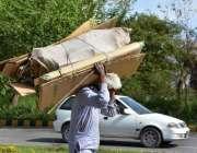 اسلام آباد: معمر شہری گتے کے خالے کارٹن اٹھائے اپنی منزل کی جانب رواں ..