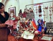 اسلام آباد: مقامی ہوٹل میں منعقدہ آئی ایف ڈبلیو اے چیرٹی بازار میں خاتون ..