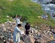 اسلام آباد: بری امام کے قریب مچھلیاں پکڑنے والا شخص۔
