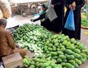 حیدر آباد:خواتین لطیف آباد بازار سے آم خریدنے میں مصروف ہیں۔