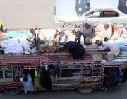 کراچی: ٹریفک پولیس کی نا اہلی مسافر بس کے ساتھ لٹک کر سفر کر رہے ہیں ..