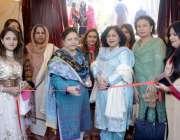 لاہور: پرنسپل فوزیہ شبیر، مہمان خصوصی شاہین نجم اور دیگر کے ہمراہ پوسٹ ..