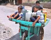 راولپنڈی: کمسن بچے ہتھ ریڑھی پر خالی بوتلیں رکھے پانی بھرنے کے لیے جا ..